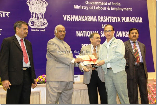 Hon'ble Union Labour Minister Mr. Mallikarjun Kharge giving away the National Safety Award to Senior Functionary of Maruti Suzuki in Delhi today