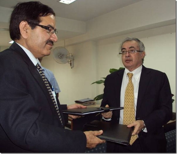 L-R Mr. Dinesh Bhasin, Head - Customer Support, PCBU, Tata Motors and Mr. Anand Prakash, Principal Secretary, Govt. of Delhi at the MOU handing over ceremony