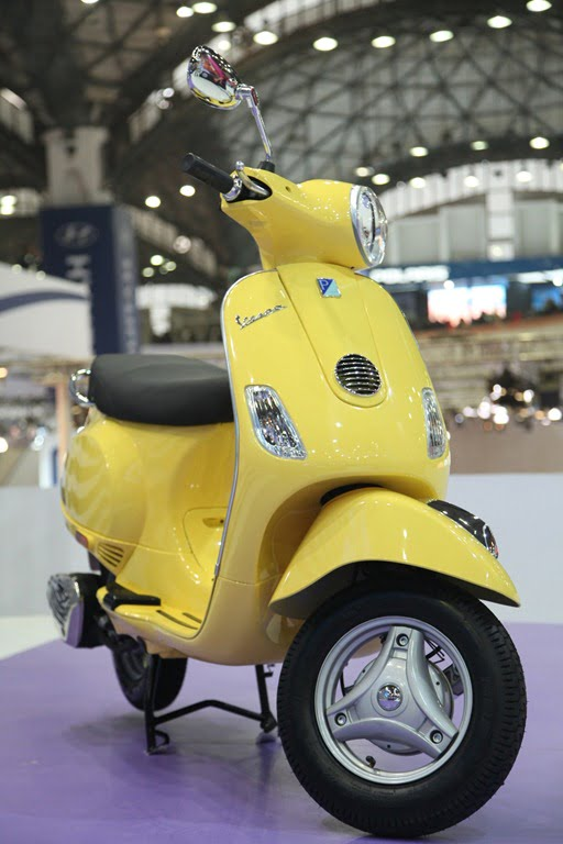 Piaggio Launches Vespa Scooters In India At Auto Expo 2012
