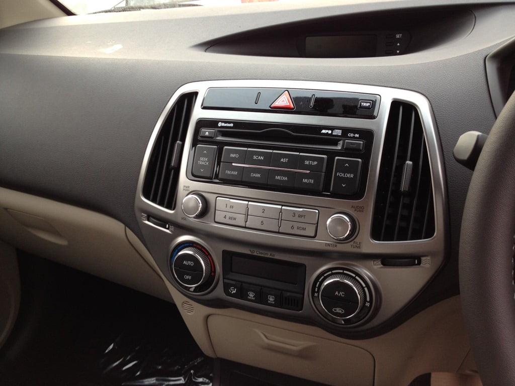 Hyundai i20 fluidic 2012 pictures comparison with old i20 and details - Hyundai i20 interior ...