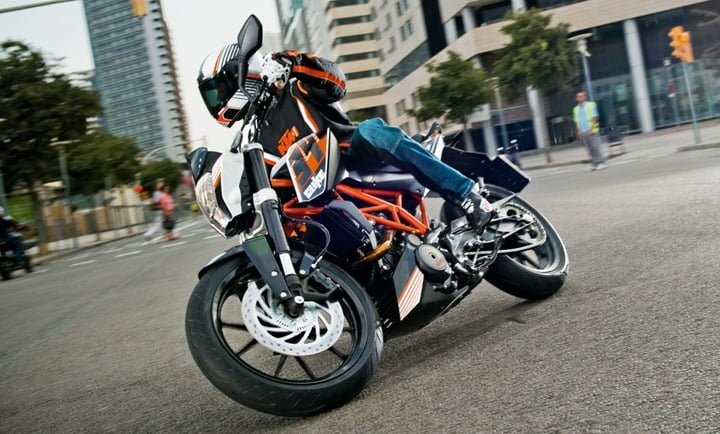 Bajaj Pulsar CS 400 vs KTM 390 Duke Comparison Price, specifications ktm duke 390 official images