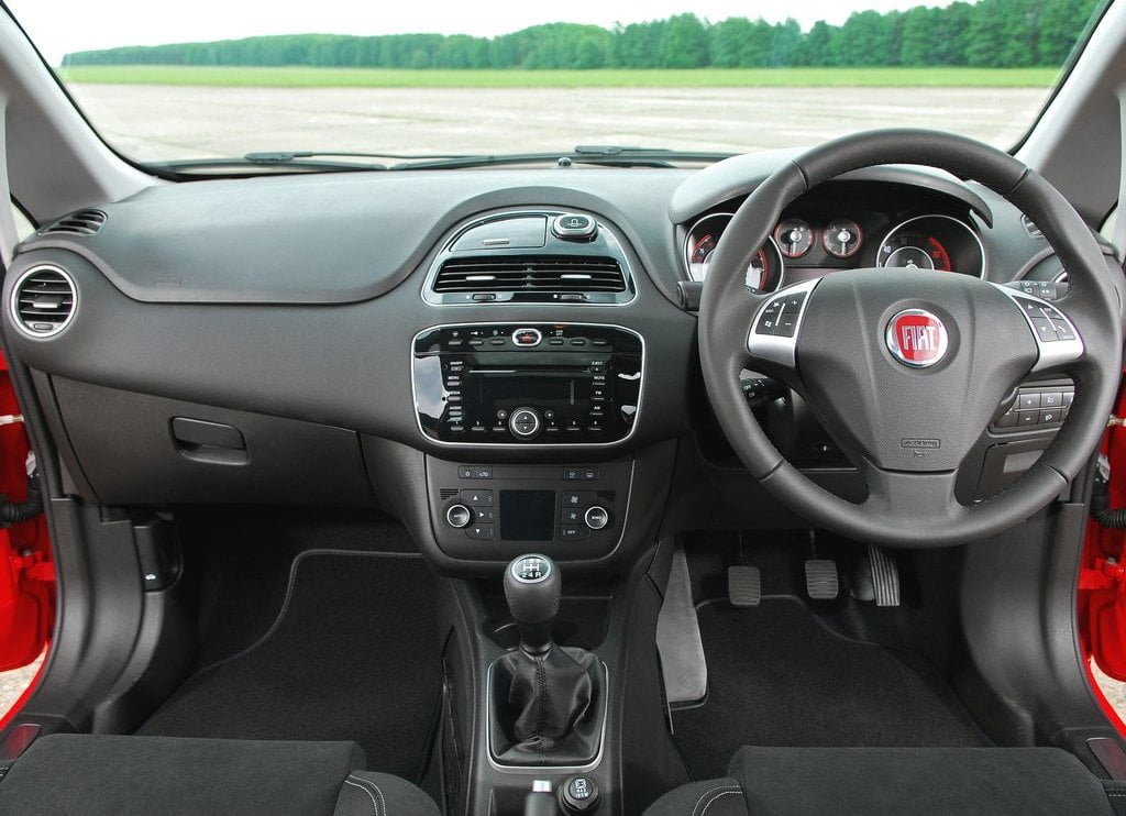 2014 fiat punto facelift india launch on 5th august 2014 for Fiat grande punto interieur