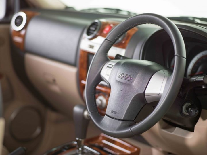 isuzu-mu-7-new-AT-steering