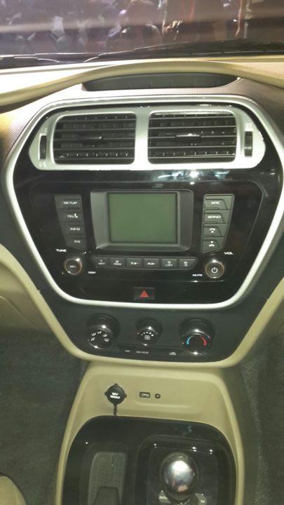 2015-mahindra-tuv300-launch-pics-centre-console