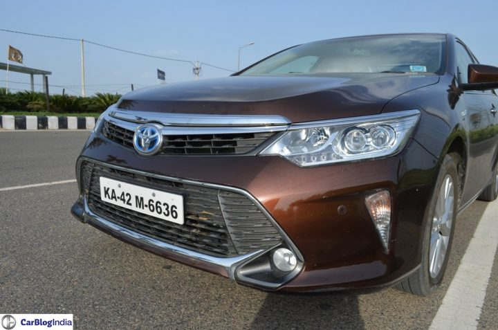 2015-toyota-camry-hybrid-review-pics-fron-angle-close