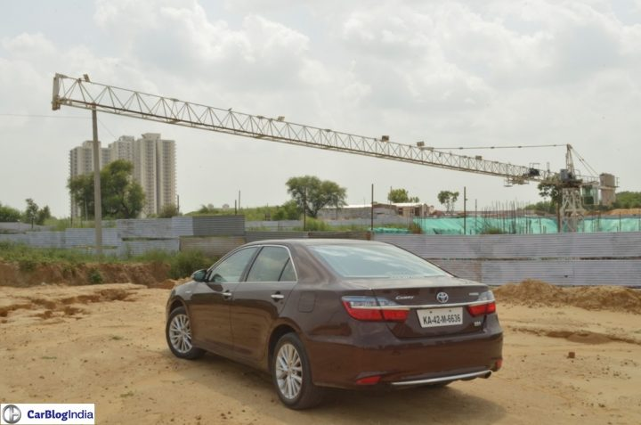 2015-toyota-camry-hybrid-review-pics-rear-angle