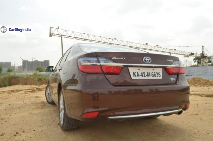 2015-toyota-camry-hybrid-review-pics-rear-angle-close
