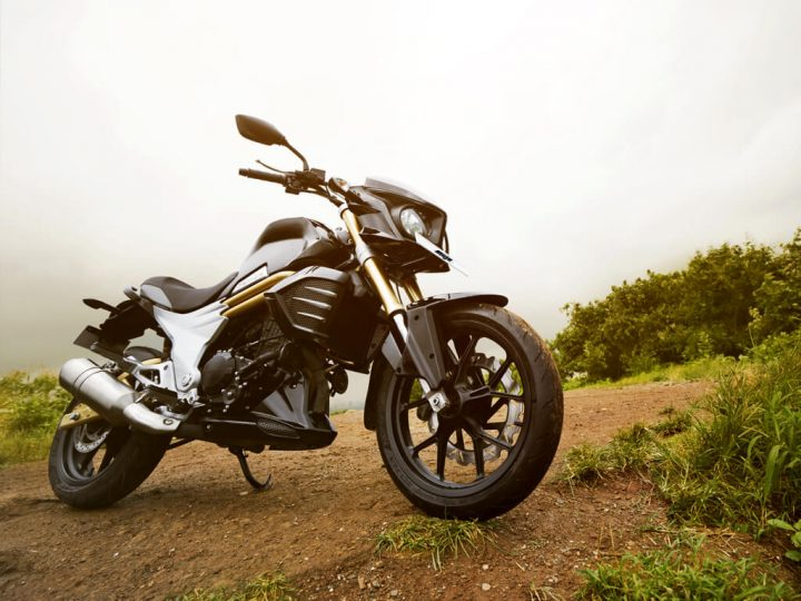 2015-mahindra-mojo-official-pics-black-1