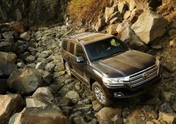 2015-toyota-landcruiser-200-india-official-pics-black-dirt-front
