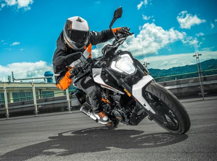 Best Bikes Under 2 Lakhs - KTM Duke 250