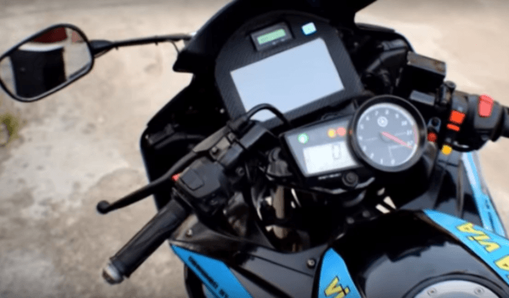 This cool Yamaha R15 gets a touchscreen system and cruise control