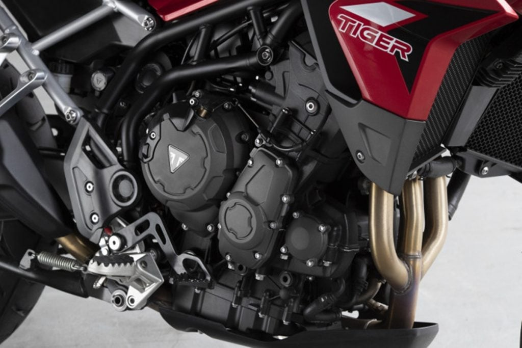 The 900cc engine produces identical power by 10% more torque than the 800cc engine