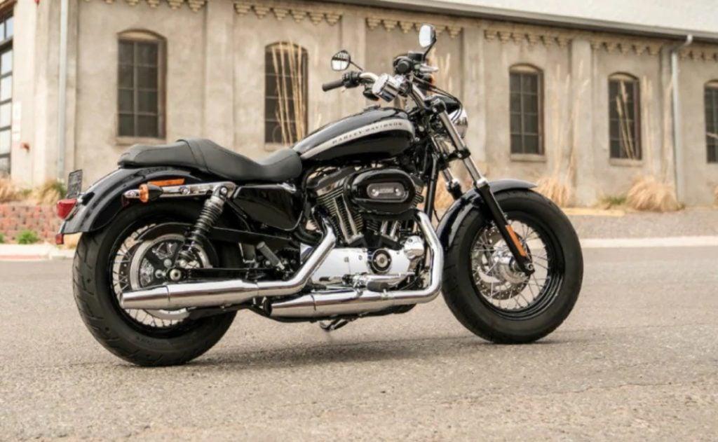 BS6 Harley Davidson 1200 Custom est disponible pour un prix de Rs 10,77 lakh en Inde.