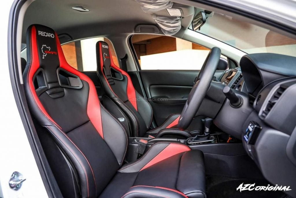 À l'intérieur, la voiture est équipée de sièges Recaro Sports.