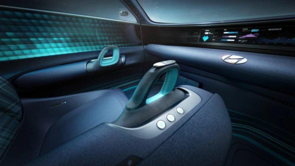 Le Prophecy EV est entraîné par deux joysticks au lieu d'un volant.