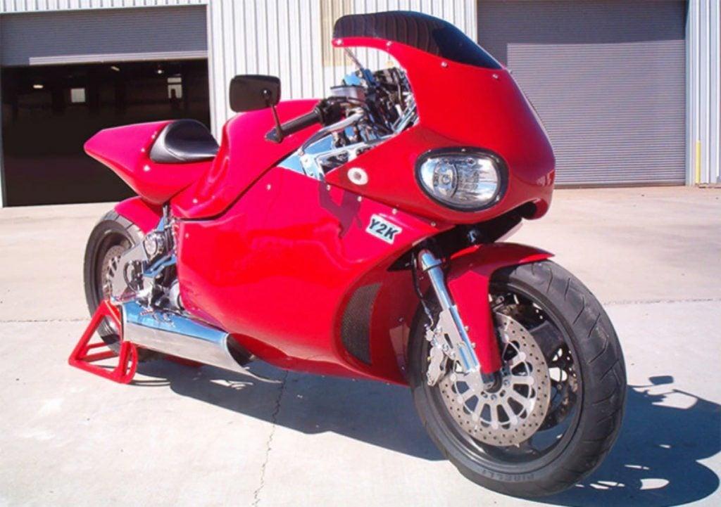 La dernière génération de cette moto produit 420 ch et a une vitesse de pointe de 445 km / h.