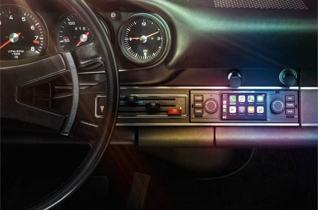 Porsche a lancé une série de systèmes d'infodivertissement rétrofit pour leurs modèles classiques.