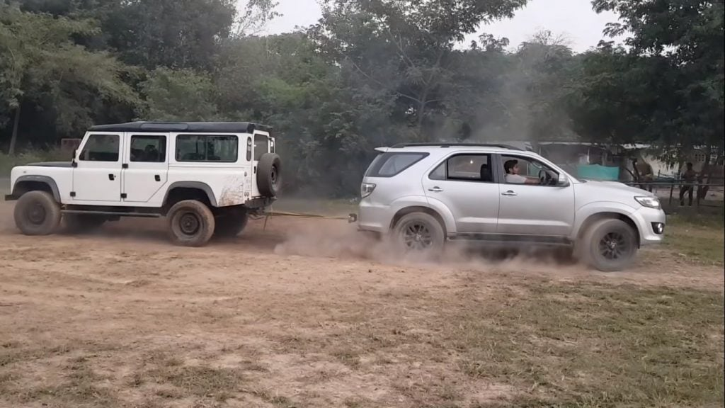 First-gen Land Rover Defender vs Toyota Fortuner - Tug o' War
