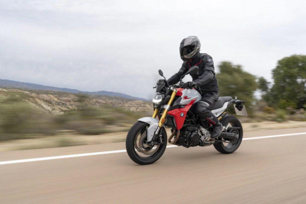 La F 900 R remplace la F 800 R et est la deuxième moto BMW nue la plus abordable en Inde après la G 310 R.