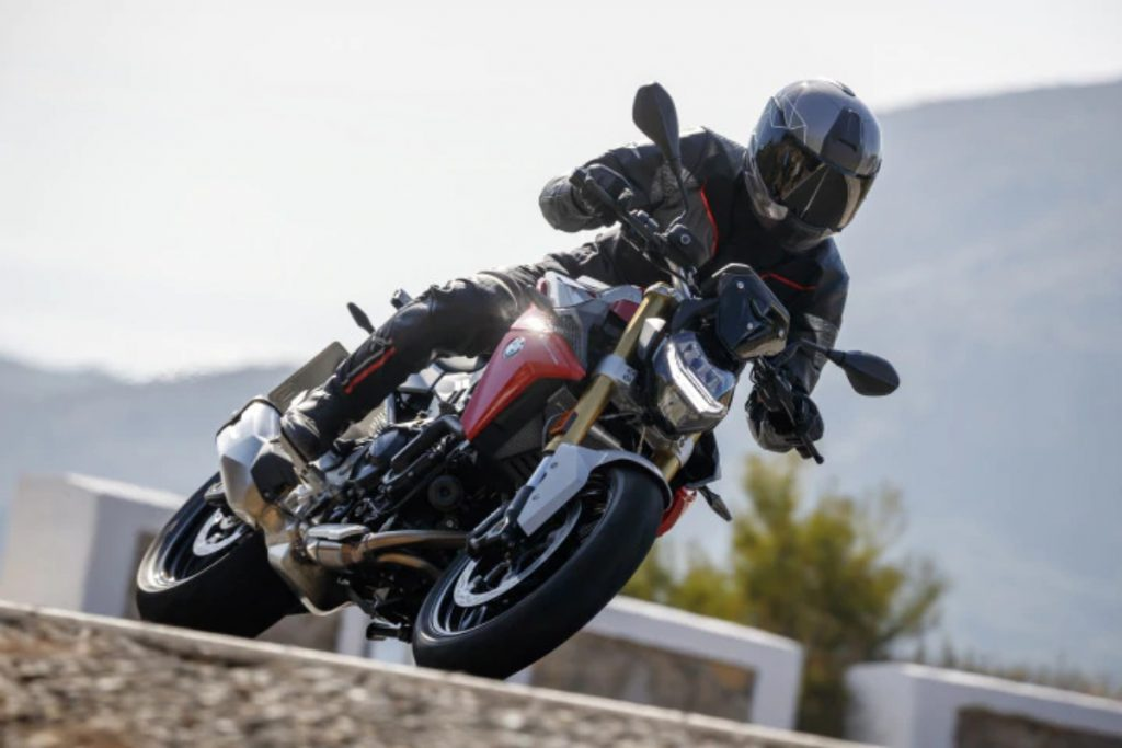 Both the BMW F 900 XR and F 900 R are powered by a 895cc liquid-cooled parallel-twin that puts out 105PS and 92Nm of peak torque.