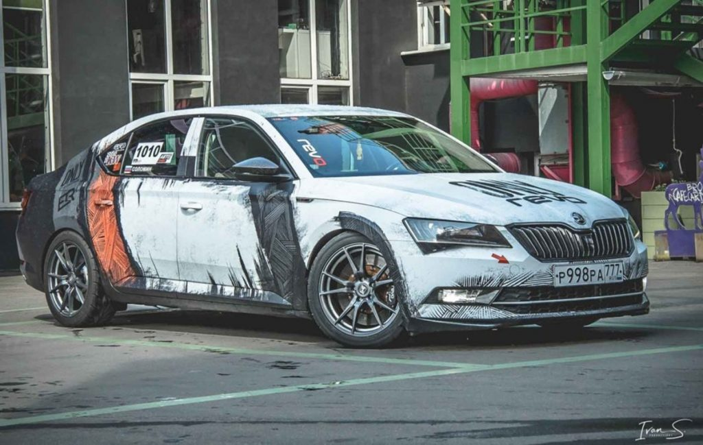 This modified Skoda Superb produces 530hp from several modifications.