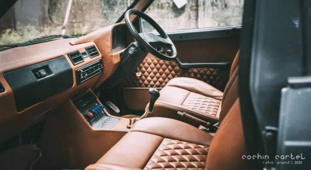 Les intérieurs en cuir marron matelassé lui donnent un aspect très chic et haut de gamme.