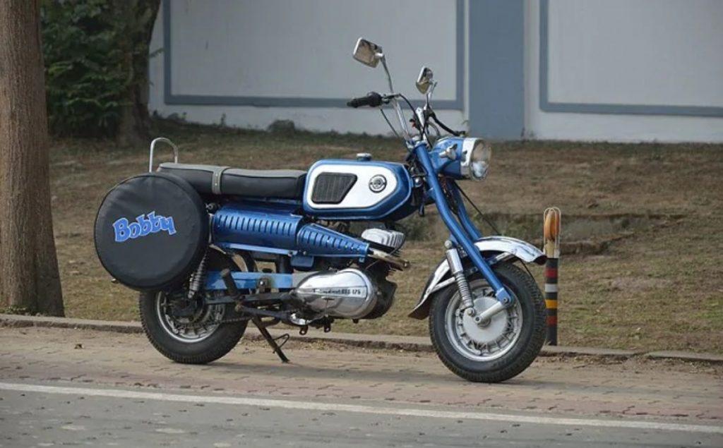 Il s'agit de la Rajdoot GTS 175, une moto qui a connu la gloire après avoir été présentée dans un film de Rishi Kapoor, Bobby.