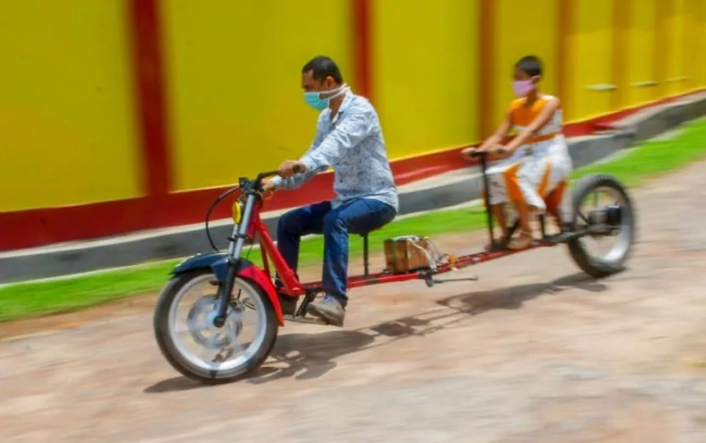 Cet homme d'Agartala a construit un vélo électrique qui illustre la distance sociale.