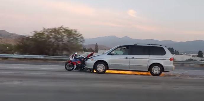 Voici un accident de route fou d'une moto coincée dans une mini-fourgonnette.