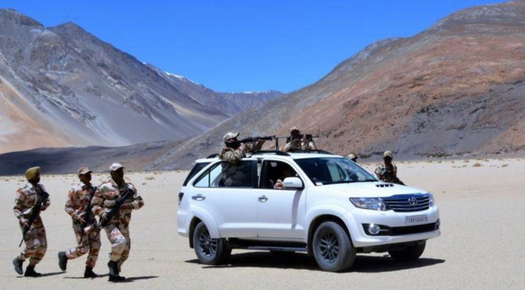 Le Toyota Fortuner est principalement utilisé par les forces de défense pour les patrouilles et il est équipé d'équipements de radiocommunication.