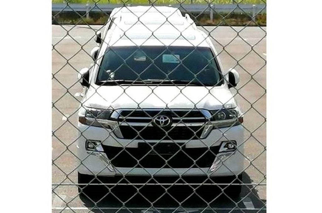 This is the facelift of the Land Cruiser that was spied earlier and will go on sale internationally at the end of this year.