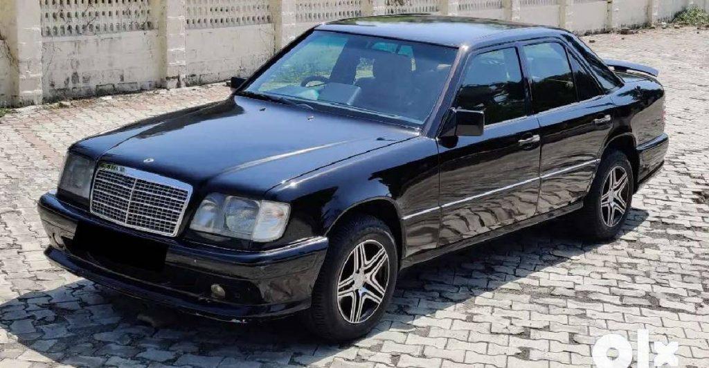 Il s'agit d'une Mercedes Benz W124 Classe E de première génération de 1999.