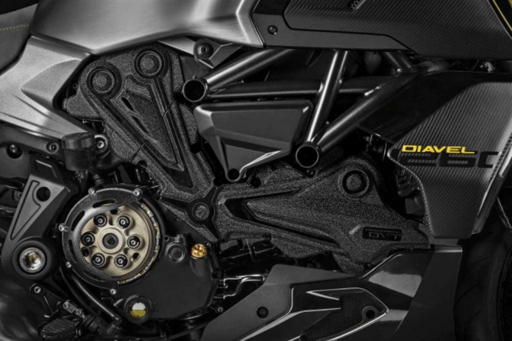 La Diavel 1260 Lamborghini sera probablement propulsée par un moteur bicylindre en L Testastretta de 1262 cm3 produisant 160 ch de puissance et 129 Nm de couple.