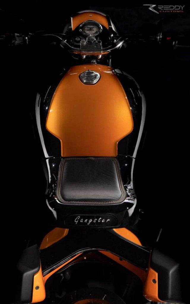 Lorsque vous regardez la moto de haut, elle semble être peinte dans une teinte bicolore de noir et d'orange avec des accents argentés.
