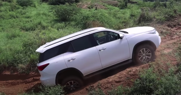Toyota Fortuner Vs Ford Endeavour – See Who Nails The Off-Road Hill Climb!