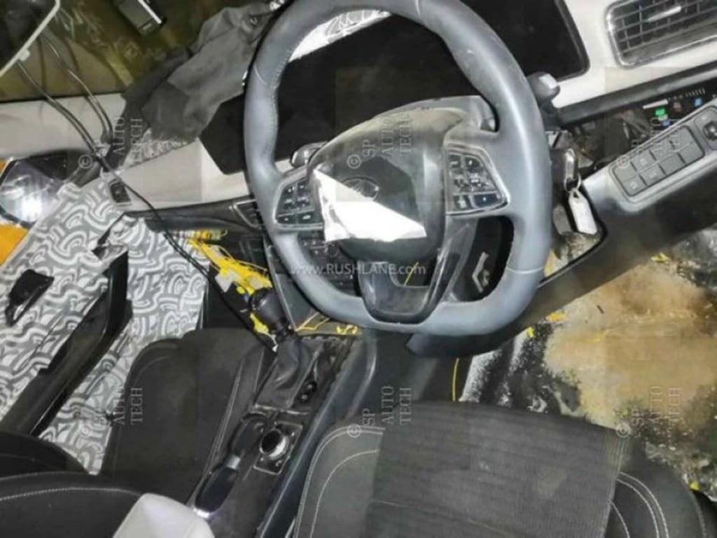 La plus grande révélation sur les intérieurs du Mahindra XUV500 de nouvelle génération est le nouveau Mercedes-Benz comme deux écrans numériques.