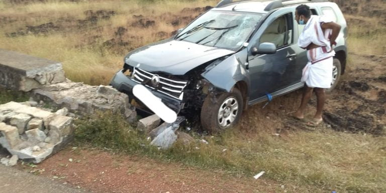 Old Renault Duster Crashes Into A Wall At High Speed – See The Impact