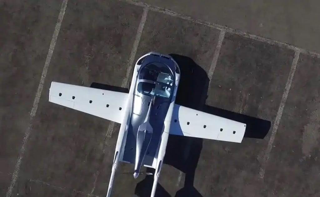 Il s'appelle l'AirCar et est propulsé par un moteur BMW 1.6L.  Les voitures volantes peuvent en effet être une réalité.