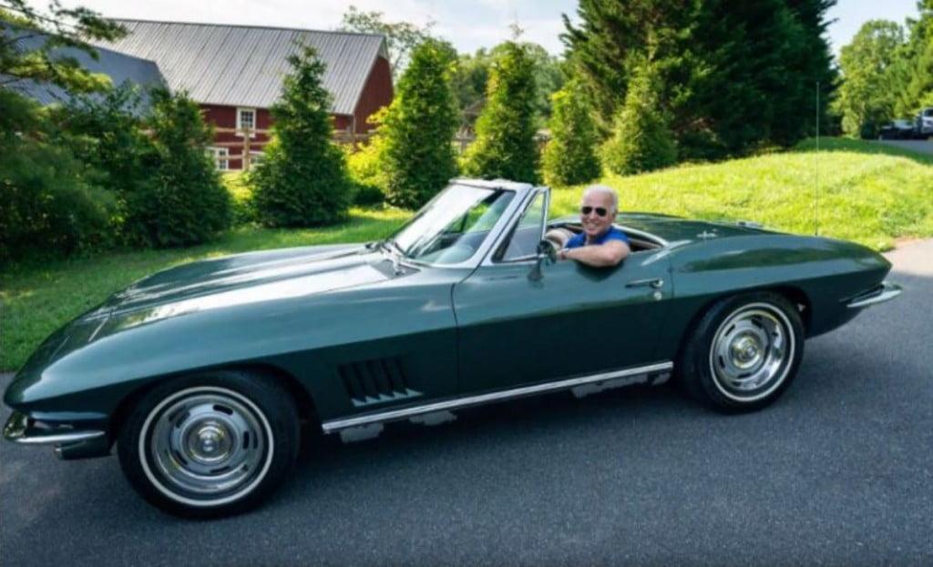 Biden raconte que sa possession la plus chère était une Chevrolet Corvette de 1967, propulsée par un moteur V8 de 327 pouces cubes développant environ 350 chevaux.