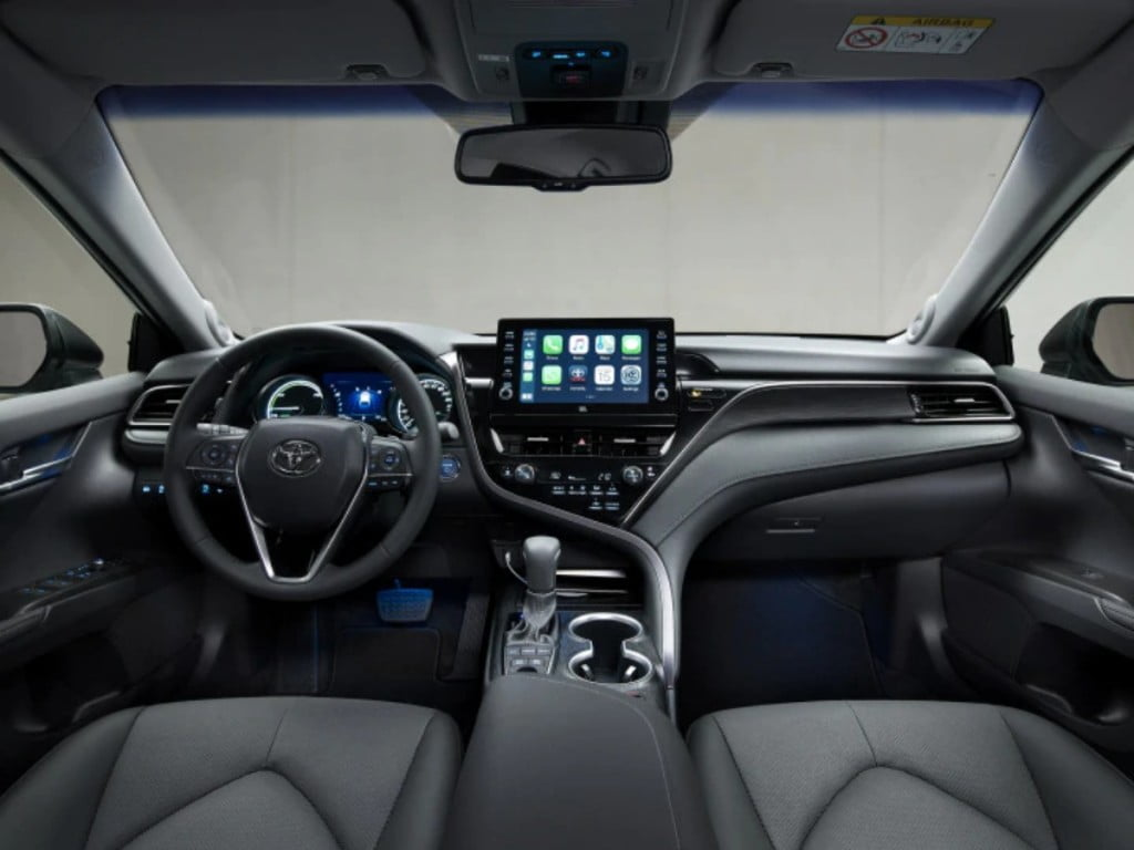 The dashboard continues with the asymmetrical design theme but the 9-inch touchscreen is now a floating unit.