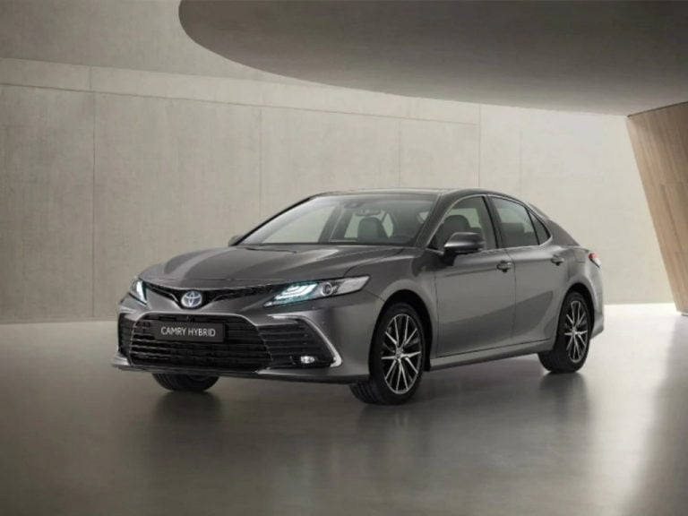 This Subtly Facelifted Toyota Camry Hybrid is Coming to India in 2021!